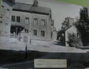 Gårdsinteriör på Dickssonska Stiftelsen 1930.Dåvarande Haga Kyrkogatan 50-52(foto av ett inramat fotografi)