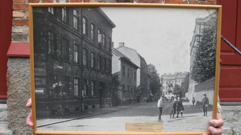 Folkskolegatan sedd från C.Grimbergsgatan Annedals lägenhetsmuseum till höger,huset i två våningar. 1912