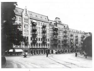 Linneplatsen åt vänster och Övre Husargatan rakt fram och åt höger.Spårvagnen kom från Karlsrogatan mot Övre Husargatan