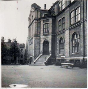 Vänstra delen av Annedalsskolan  med Annedalsföreningens hus  på Folkskolegatan i vänster kant