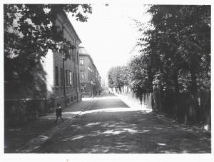 Brunnsgatan mot C.Grimbergsgatan och längs ner Västergatan. Brunnsgat.24 till höger och Dicksonska Stiftelsen till vänster.