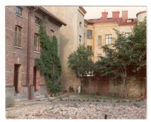 Dåvarande gården på Folkskolegatan 9a,9b till vänster och där  intill Folkskolegatan 11 och rakt fram baksidan av C.Grimbergsgatan.1972