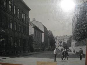 Folkskolegatan sedd från C.Grimbergsgatan 1912 . Annedals lägenhetsmuseum till vänster,huset i två våningar.